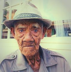 indonesia - bali (peo pea) Tags: bali indonesia ubud oldman leica leicaq vecchio portrait ritratto portraits ritratti blueyes
