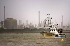 Viejo y nuevo mundo (Alberto Prez.) Tags: agua barco huelva punta pesca ria fabrica nuves refinera cepsa umbra