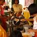 As meninas ajudando a fazer panquecas