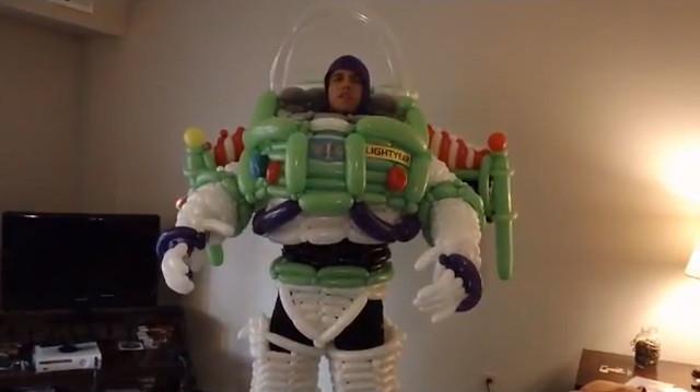 有神快拜!~氣球做成的『巴斯光年』與『忍者龜』COSPLAY!