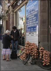 Un Johnny au Pays de Galles (skol-louarn) Tags: uk greatbritain wales europe market cymru roscoff onions johnny rue ail vélo abergavenny marchand béret oignons vendeur paysdegalles nadcoz