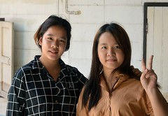 pretty young ladies (the foreign photographer - ) Tags: aug72016nikon two pretty young ladies peace sign khlong thanon portraits bangkhen bangkok thailand nikon d3200