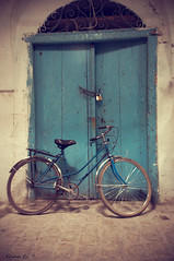 La bicicleta en la puerta (photogemm) Tags: