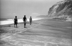 201608-01-IIIb-DELTA400-SUMMAR-19 copy (maddoc2003jp) Tags: bw film 2016 beach niijima japan 新島 summer leitz leica iiib 50mm 5020 summar uncoated ilford delta400 hc110