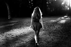 Greta (Julia L.S) Tags: girl chica vestido vestidoverde magic magico reportaje photography magiclight cambridge cambridshire england inglaterra unitedkingdom landscapeuk landscape 50mm canon50mm blackandwhite blancoynegro atardecer sunset sunshine autumn otoño happy love nature naturaleza forest bosque parque park