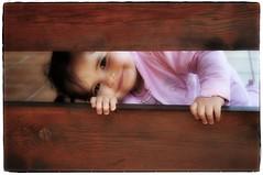 C-C (Estla) Tags: smile children child retrato nia sonrisa juego sonrisas asomando youmakemesmile challengeyouwinner retratodenio