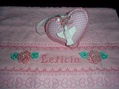 Toalha bordada + corao (Tania artes) Tags: handmade artesanato rosa beb folha decorao bordado pontocruz croch vagonite toalhadelavabo floremcroch