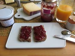Beerengelee und Erdbeermarmelade auf Vollkornbrot (multipel_bleiben) Tags: essen vollkorn frhstck obst marmelade