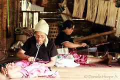 (d.huepe) Tags: thai tai tailandia thailand asia tribes tribus indigenas indigens cultura multicultural cultures diversity diversidad tejer work working trabajo trabajar job telar rural campo country countryside styleoflife harmony armonia paz tranquilidad tranquility calm