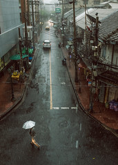 J53 (joekhor35) Tags: bangkok bangkokstreet street streetphoto streetphotograph streetlife streetphotography fujiflim raining