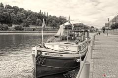 Dinant, le quai en B&W (Ld\/) Tags: dinant wallonie belgique belgium quai meuse fleuve bateau bteau boat pniche belgie