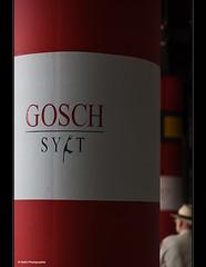 auf der Suche (geka_photo) Tags: gekaphoto kiel schleswigholstein deutschland sparkassenarena ostseehalle sule rot weis