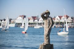Fiete der Seemann (frank-hl) Tags: 70200mm figur hafen meer meerblick ostsee schiff seemann segelschiff sehnsucht skulptur travemunde wasser lbeck schleswigholstein deutschland de