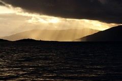 Sunset time at Loch Linnhe (Alex Esseling) Tags: road trip sunset sun clouds bay scotland highlands sonnenuntergang silhouettes wolken loch beams sonnenstrahlen schottland linnhe cuil sillhouetten