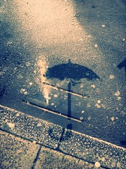 (CroytaqueCie) Tags: street rain umbrella photography lluvia doubleexposure pluie multipleexposure rue fragile paraguas android regen paraplu orana parapluie sanji regenschirm paani дождь paraugas sateenvarjo mobilephotography deštník dubbelexponering lietussargs littlephoto çətir сунчăк flickrandroidapp:filter=none päällekkäisvalotus hovéokôheo vícenásobnáexpozice многократнаяэкспозиция ዝናብ lītos chiuvuta reȝn