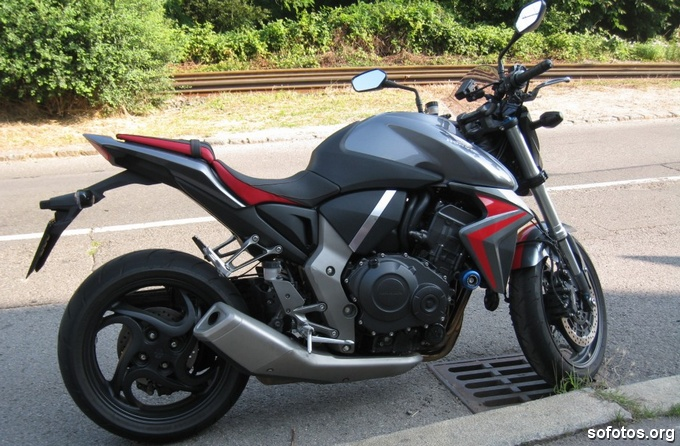 Honda CB 1000R Cinza e Vermelha