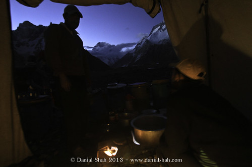 Porters making meal for the dinner at concordia overlooking K2