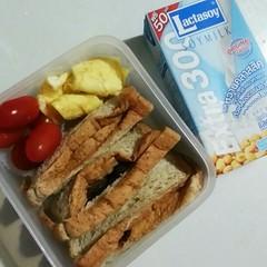 Breakfast Bent0: แซนวิชไส้โคนเห็ดสมุนไพร แอบเฟลกับขนมปัง มันเล็กกว่าที่อัดแซนวิชไดโชซะอ่ะ ;_; ขนมปังไทยเล็กไปซินะ ส่วนไข่ พยายามจะทำดอกไม้ แต่เฟล 555 เอาน่ะ อร่อย รับได้