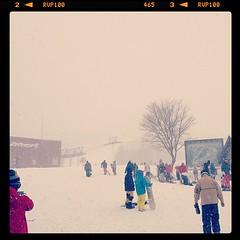 風吹ジュン!  吹雪いてます!  昨日との気温落差10度。  安全運転のため、本日はボードにチェンジ。  パウダースノーにかわりはない! モフモフ。