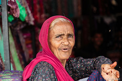Donna in un negozio - Woman in a shop (robmanf55) Tags: jojawar rajasthan india in woman shop red elderlywoman street streetphotography