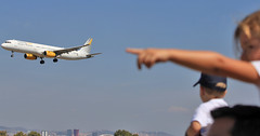 Dad, look a plane! (vic_206) Tags: bcn lebl plane avin canoneos60d canon70200f28lisii girl hobby vueling airbusa320