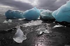 Icebergs at Jokulsarlon beach, Iceland (monchoparis) Tags: canon island eos iceland islandia waves glacier iceberg gletscher vagues glaciar olas sland jokulsarlon islande jkulsrln izland eisberg ghiacciaio islanda 500d jkull canon1022 gletsjer ijsland    isbjerg    buzul        sngbng   buzda     bngtri