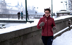 Jogging in Paris (/ Philou3117 /) Tags: snow paris running neige jogging runner louvres 400d 2470f28lusm