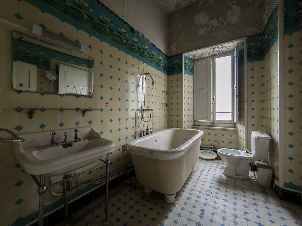 The world39s best photos of bathroom and castle flickr for Bathrooms in castles