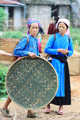 Ph n dn tc H Mng Xanh (Mng Sua) [H'mong Women in Blue ] (pinnee.) Tags: blue people vertical standing walking outdoors photography shoe togetherness town holding asia southeastasia day basket adult candid headscarf fulllength vietnam tradition wicker northeast twopeople adultsonly onthemove hmong gettyimages carrying lookingaway headwear midadult traditionalclothing realpeople colorimage northernvietnam hagiang maturewomen matureadult miaominority focusonforeground dongvan onlywomen midadultwomen asiaimages hgiang hmongpeople southeastasiaimages 3034years 5054years vietnameseethnicity ngvn dongvanmarket phcngvn chphinngvn chophiendongvan thenortheastvietnam