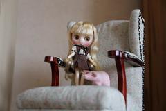 Gerda (Dolly Aves) Tags: blythe blythedoll middie littleduchessgeorgette pig chair