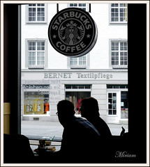 Coffee break  .............Flickr  break  !!! --  ( EXPLORE ) (miriam ulivi) Tags: caffé bar starbuckscoffee piazza persone pausa controluce nikon 7dwf miriamulivi nikoncoolpixp500 germania badenwürttemberg costanza people