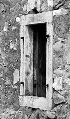 Doors and Windows of Postira (17) (roksoslav) Tags: nikon croatia 2012 dalmatia bra postira blackwhitephotos d5100 afsvrnikkor70300mmmf45f56gifed doorsandwindowsofpostira innerblinds unutarnjekure