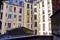 Une cour parisienne dans le XIme arrondissement (paspog) Tags: paris france rooftops roofs toits decken toitsdeparis roofsofparis parisfromabove parisrooftops xiimearrondissement parisvudenhaut