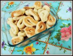 Fui arrumar a cozinha e saiu Biscoito de queijo!rs (Joana Joaninha) Tags: minasgerais casa amor carinho queijo mesa cozinha biscoito receita polvilho joanajoaninha
