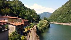 Il fiume Serchio a Borgo a Mozzano  -  Lucca - Italia (amos.locati) Tags: borgo mozzano lucca toscana tuscany river fiume binari rio fleuve italy railway amos locati