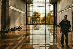 im Lichthof (glasseyes view) Tags: glasseyesview photokina2016 lichthof messehallen reflections window youngpeople visitors goldenlight