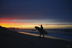 Fin de session (Rouz 29) Tags: sunset france silhouette soleil surf lumire sony coucher bretagne breizh session crpuscule plage couleur coucherdesoleil finistre nex couchersoleil rouz surfeur kerlouan findesession boutrouille sonynex5