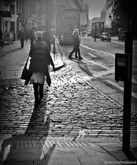 Sunset walk home (Katarzyna Piechowiak) Tags: sunset people bw sun london evening shadows walk watching spacer zachod londyn cienie slonca czarnobiale wieczor