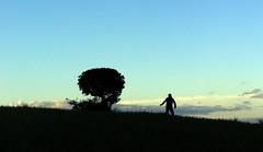 Jugando en el mismo infinito (Medigore) Tags: cielo nubes campo silueta cerros nio lejos