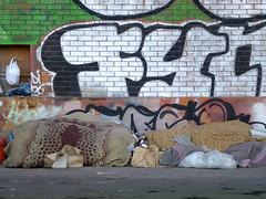 coisas dos sem-abrigo (*L) Tags: geotagged graffiti lisboa homeless santos portodelisboa semabrigo cobertoresdestes caisdaviscondessa geo:lat=3870553949193039 geo:lon=9155414700508118