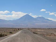 """Le désert d'Atacama: retour de la Valle de la Luna. Le volcan Licancabur et son acolyte. <a style=""""margin-left:10px; font-size:0.8em;"""" href=""""http://www.flickr.com/photos/127723101@N04/29195484316/"""" target=""""_blank"""">@flickr</a>"""