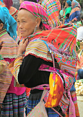 Flower Hmong (Linda DV) Tags: travel people canon geotagged colorful asia southeastasia market culture vietnam clothes tribe ethnic minority babysling hmong 2012 babycarrier papoose ethnology bacha ethnicminority flowerhmong minoritéethnique bắchà variegatedhmong minorité ethnischeminderheid culturaltravel minderheid lindadevolder powershotsx40 ethnictravel