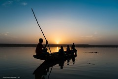 Sur le Fleuve Niger (DeGust) Tags: africa sunset color water yellow niger night ro jaune river landscape noche twilight agua nikon eau wasser sundown nacht paisaje amarillo gelb westafrica afrika dmmerung paysage crpuscule kanu landschaft farbe nuit couleur pirogue westafrika pnombre fleuve afrique crepsculo coucherdusoleil nigerriver piragua zwielicht afriquedelouest fleuveniger d700 nikkor2470f28 ronger gustavedeghilage