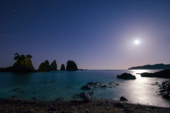 Moonlight in Minokakeiwa [Explore] (-TommyTsutsui- [nextBlessing]) Tags: longexposure blue autumn light sea sky orange moon seascape beach nature rock japan night landscape star nikon waves tide scenic      izu    starlit  minokakeiwa minamiizu sigma1020   onsalegettyimages