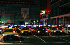 Taxis @ the Yokohama Station (Arutemu) Tags: street city cars car japan night canon japanese ciudad scene nighttime  yokohama  japonesa japon  japones japonais     japonaise