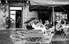 siena... (andrealinss) Tags: street italien blackandwhite bw italy analog italia streetphotography tuscany siena toscana schwarzweiss toskana leicam6 kodak400tmax streetfotografie andrealinss