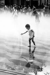 Miroir de brume 2 (aurelie.a) Tags: noiretblanc blackandwhite miroirdeau miroir enfants eau t summer soleil jeux reflets brume nantes