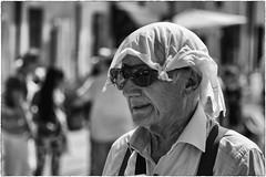 La calda estate (Roberto Spagnoli) Tags: estate summer fotografiadistrada streetphotography people caldo hot fazzoletto handkerchief biancoenero blackandwhite sultriness afa