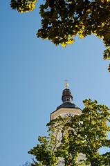 Peek (andersdenkend) Tags: city blue sky urban tower clock church leaves germany munich leaf view kirche oldschool lookingup peek turm bltter baum uhr suppenkche baumkrone nikkor50mmf12 nikond700