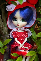Niffelheim (Elisabet Threepwood (so busy)) Tags: red green hat garden outfit eyes hand dress chips made melody wig pullip rement asuka mir elisabet threepwood mymelody crazzia niffelheim